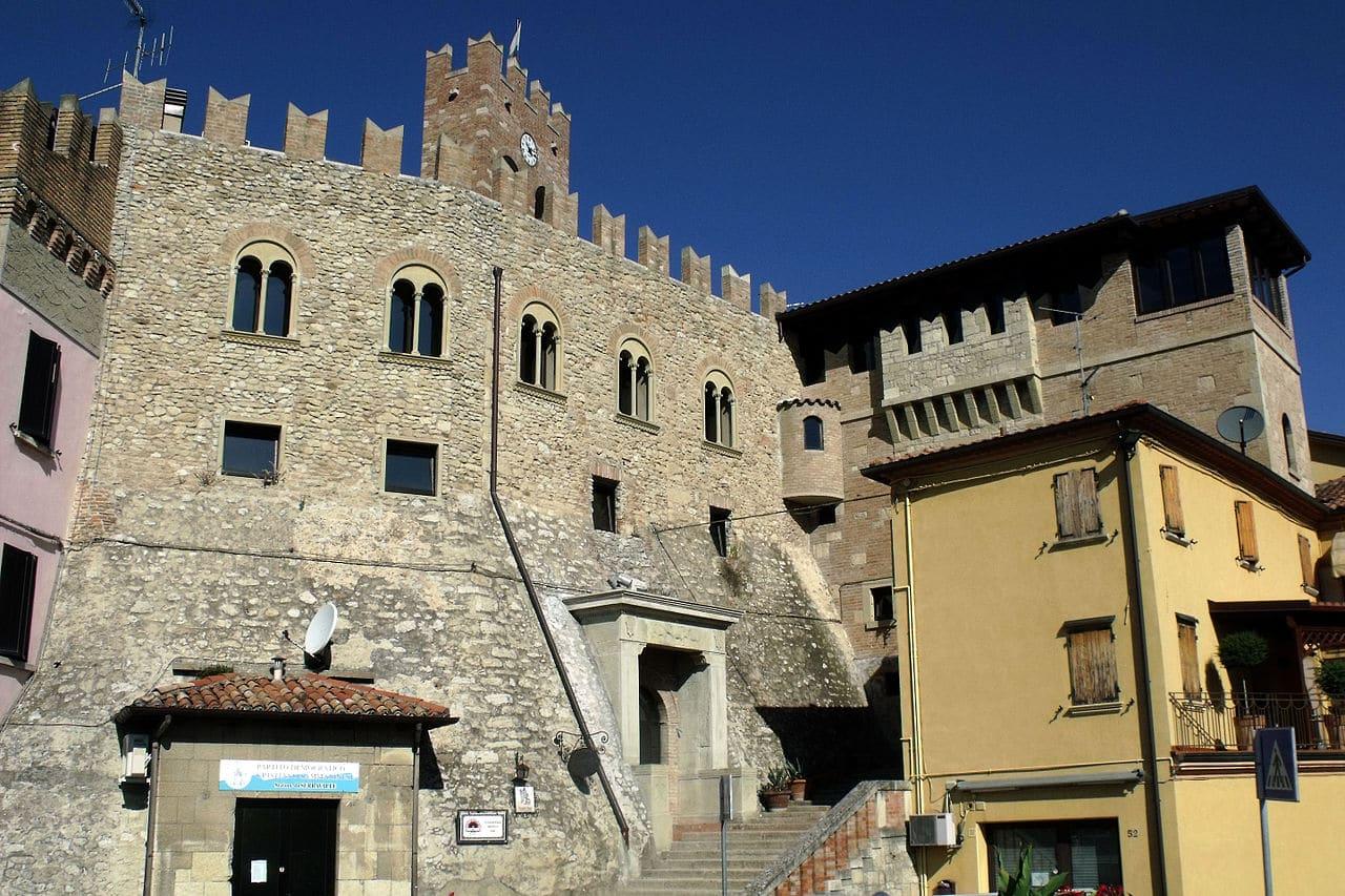 Fachada del castillo de Serravalle
