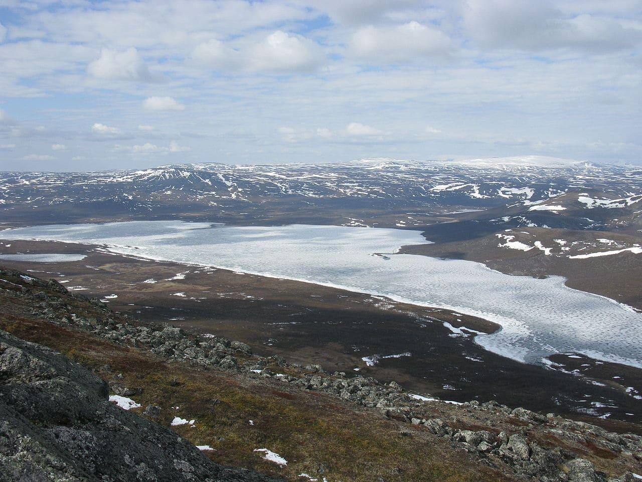 Lago helado en Laponia