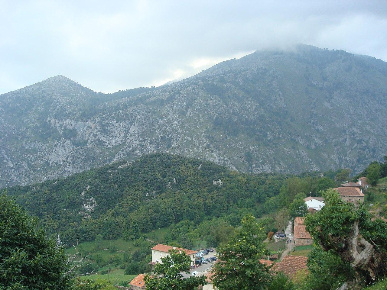 Vista de Linares y los Picos de Europa