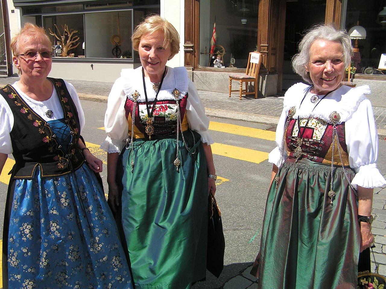 Mujeres con trajes típicos